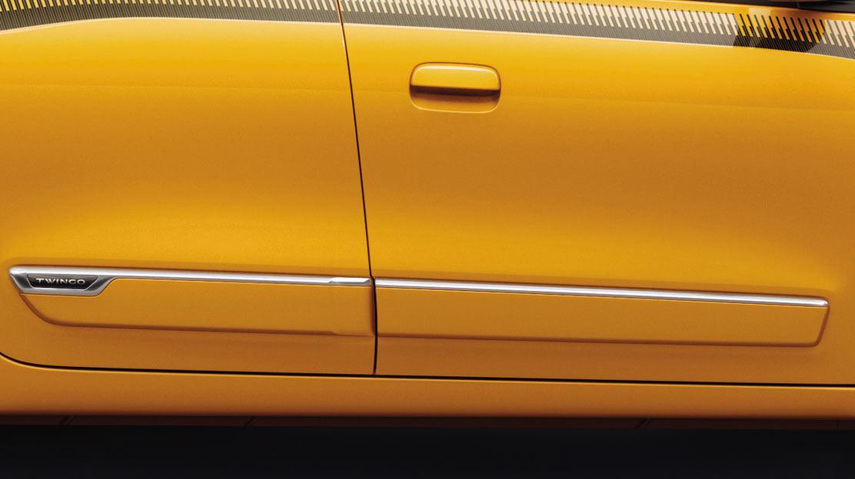 Verzierung der Türleiste in Wagenfarbe mit Chrom