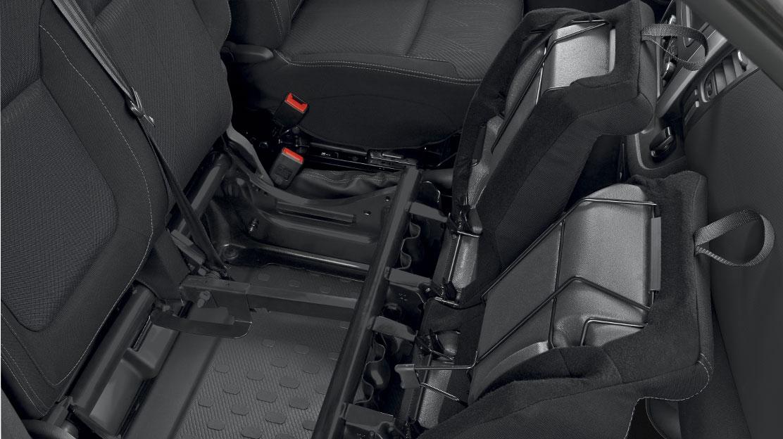 2 személyes fix utasülés deréktámasszal és tárolórekesszel az üléslap alatt