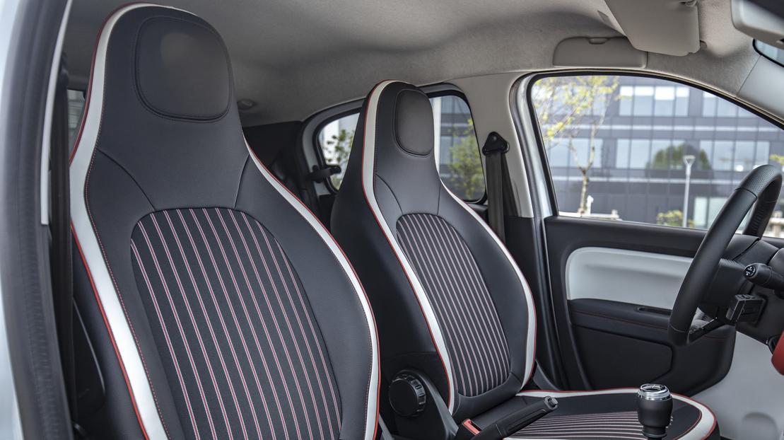 In hoogte verstelbare bestuurdersstoel en rugleuning passagiersstoel vóór neerklapbaar 'one touch'