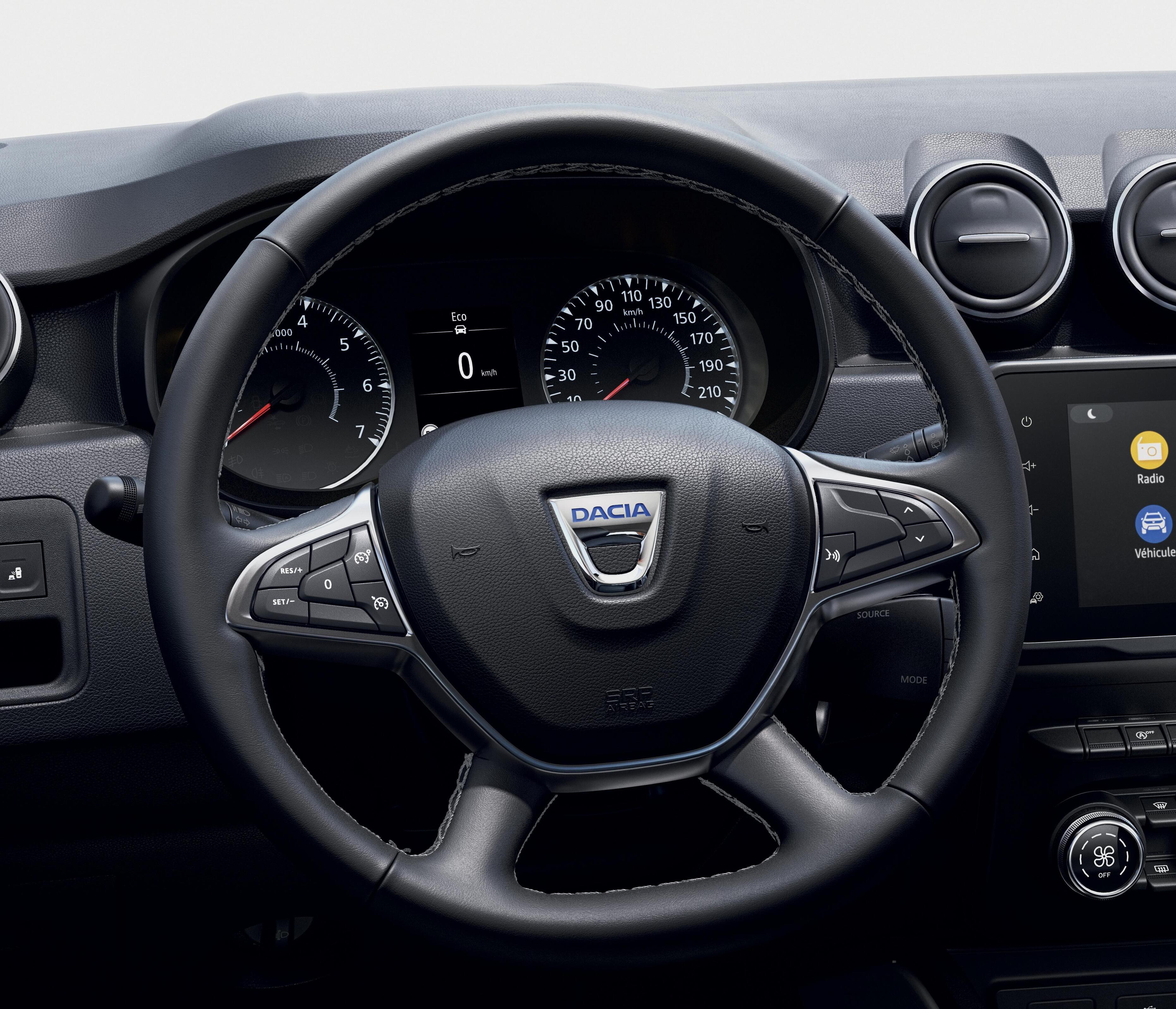 kierownica i gałka dźwigni biegów pokryte skórą ekologiczną