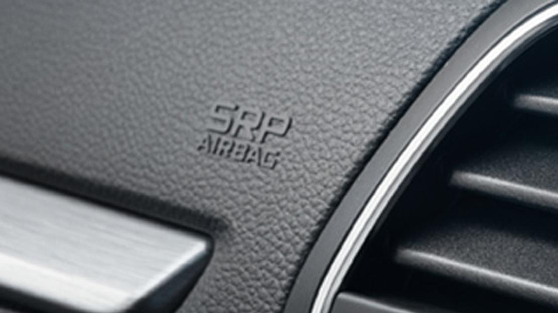 Boční airbagy vpředu chránící hlavu a hrudník, hlavové airbagy v první a druhé řadě