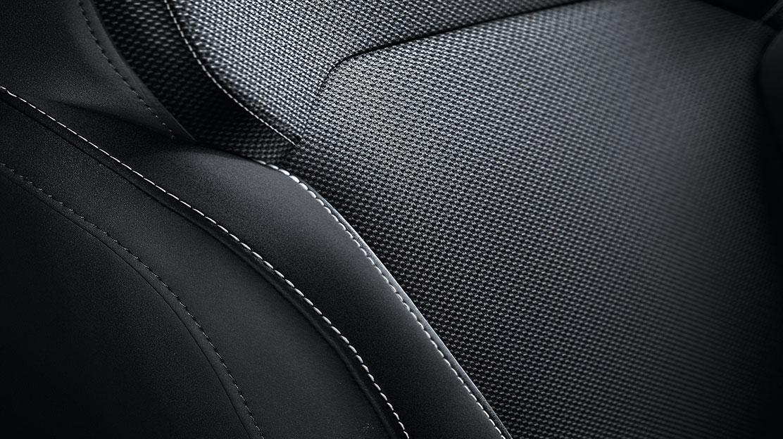 Sedadlo řidiče manuálně nastavitelné v 6 směrech s manuálně nastavitelnou bederní opěrkou