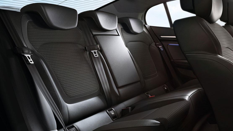 Zadní sedadla s děleným opěradlem 1/3-2/3, se střed. lok. opěrkou, se 3 výškově nast. hlav. opěrkami