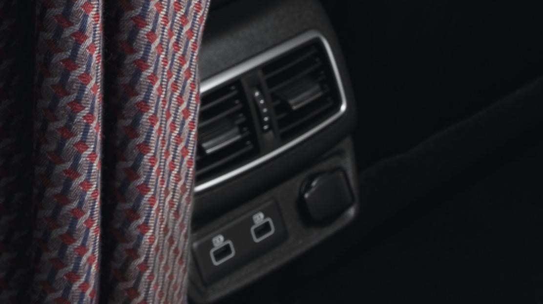 2 Luftausströmer in der 2. Sitzreihe mit Chromeinfassung