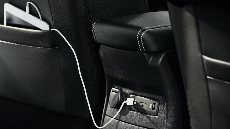 Prise 12V et 2 USB arrière (dans la console centrale)