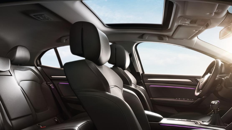 Actieve hoofdsteun zitplaatsen bestuurder en passagier vóór in hoogte en hoek verstelbaar