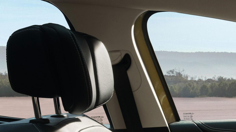 Dreipunktsicherheitsgurte mit Gurtkraftbegrenzer vorne und hinten, vorne in der Höhe verstellbar
