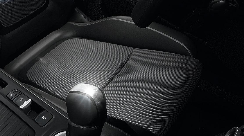 Сидіння водія, що регулюється по довжині і висоті, сидіння пасажира - тільки по довжині, без кишень