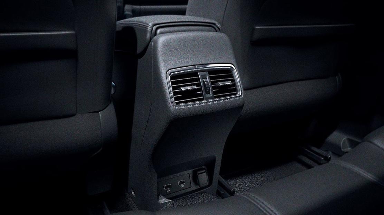 Повітроводи для пасажирів заднього ряду сидінь в центр. консолі