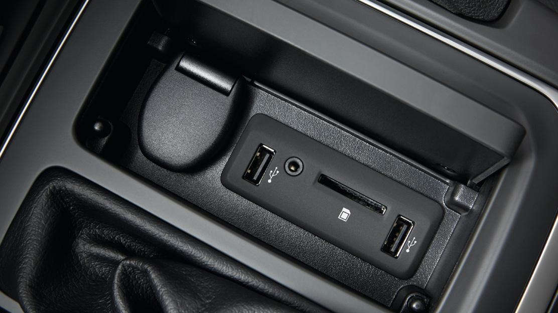 2 USB-Anschlüsse und 1 AUX-Anschluss hinten