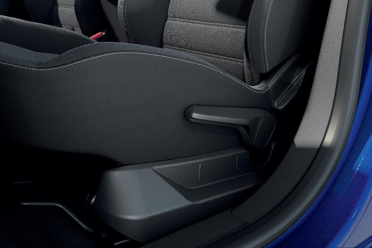Voznikov sedež nastavljiv po višini in naslonom za roko