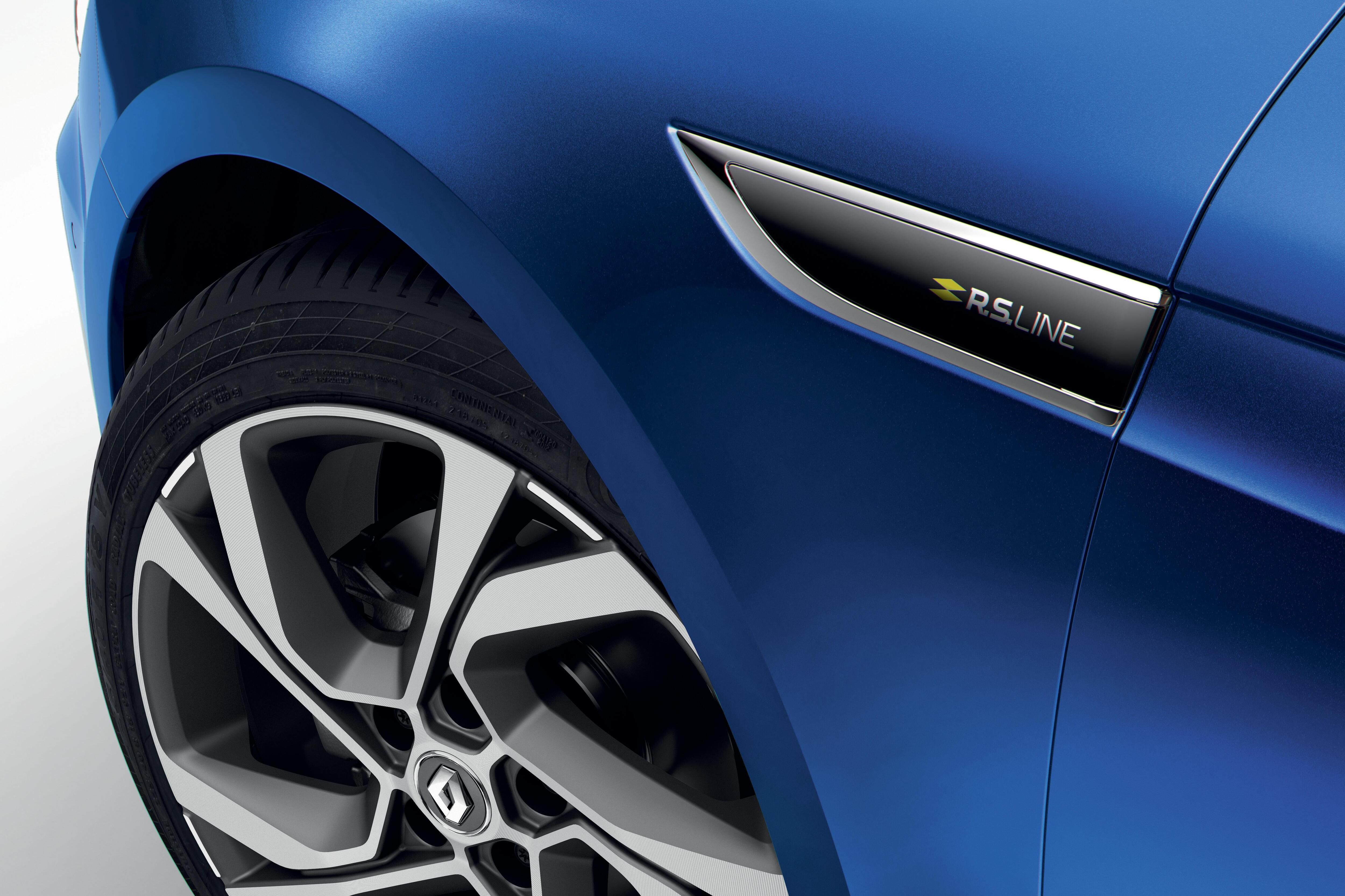 Badge specifico RS Line su parafanghi laterali e portellone posteriore