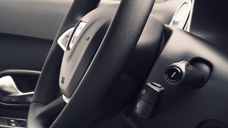 Mandos de radio bajo el volante