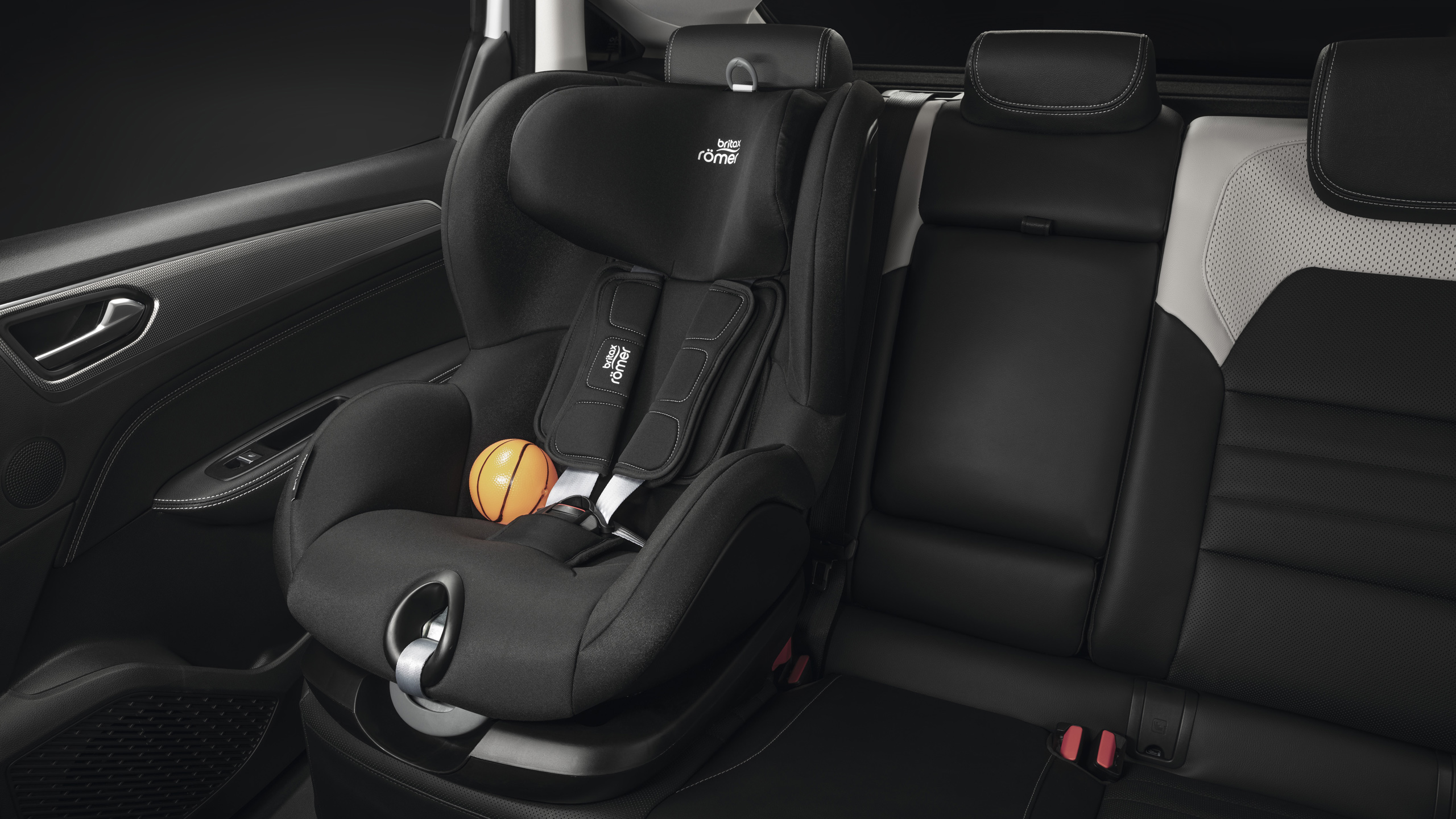 ISOFIX child fixing point on front passenger and rear outermost seats