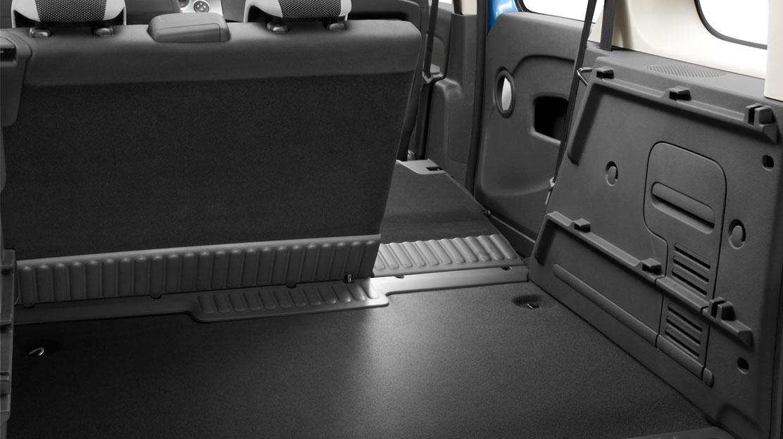 Zadní lavice sklopná, umožňující rovnou nákladovou plochu, dělená 40/60