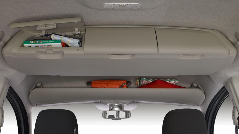 Úložný prostor nad hlavami řidiče a spolujezdce