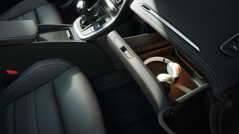 Zásuvka Easy Life pred sedadlom spolujazdca, klimatizovaná a osvetlená