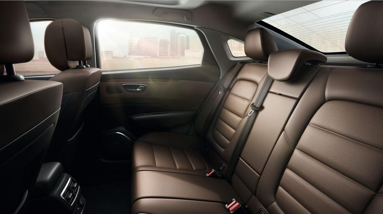 3 db hárompontos biztonsági öv a hátsó üléssorban