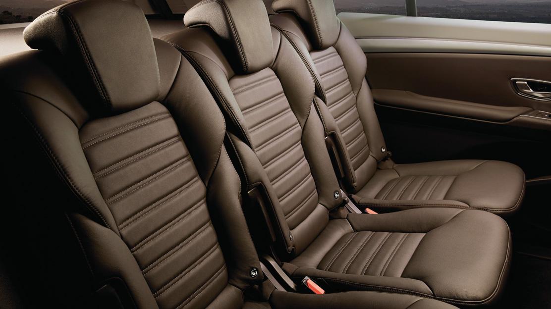 5 asientos (asientos de la 2ª fila abatibles en suelo plano con modularidad One-Touch)