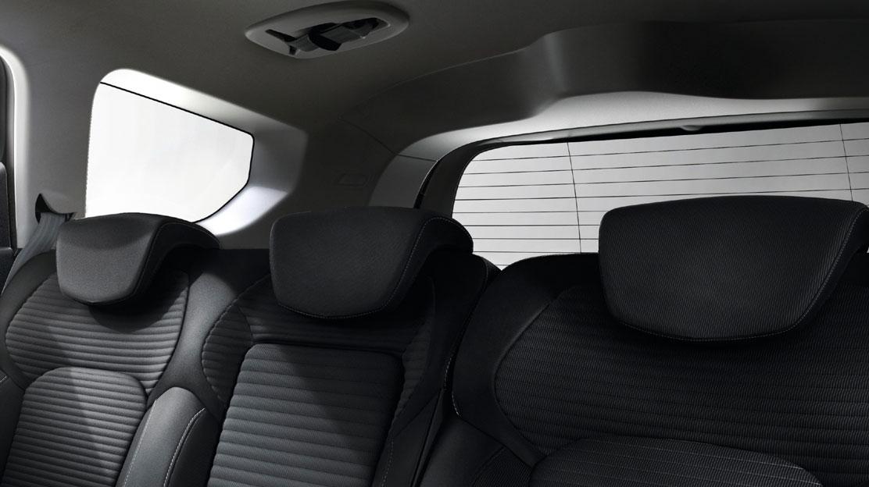 Hlavové opěrky na 3 zadních sedadlech výškově nastavitelné