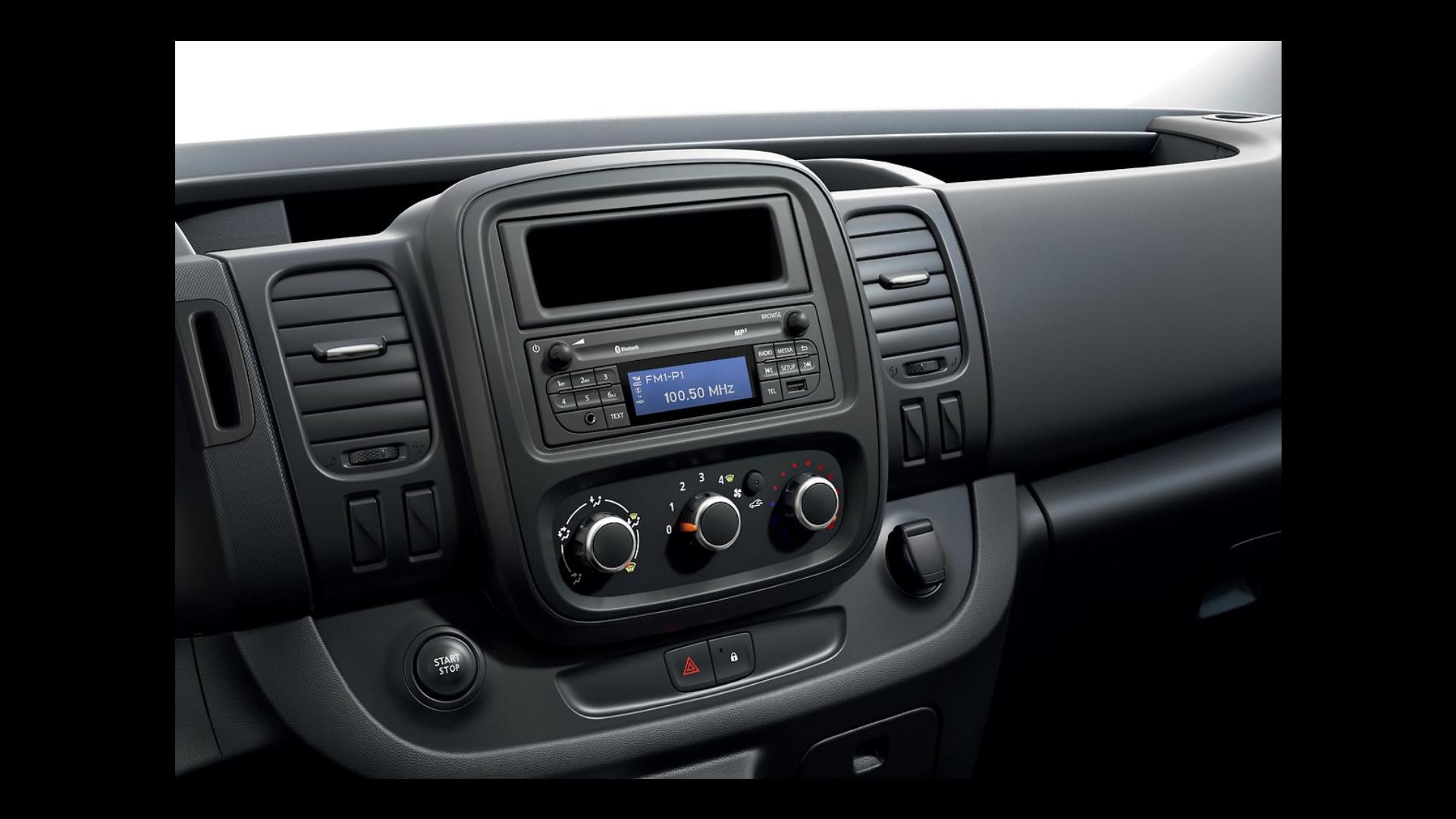 MP3, Bluetooth® és DAB rádió, beépített kijelző, kormány mögötti távirányító