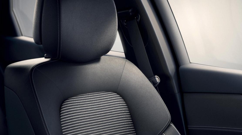 Fahrer u. Beifahrersitz höhenverstel. mit Lordosens.; Fahrer mit elektr. Lordosens. u. Massagefunkt.