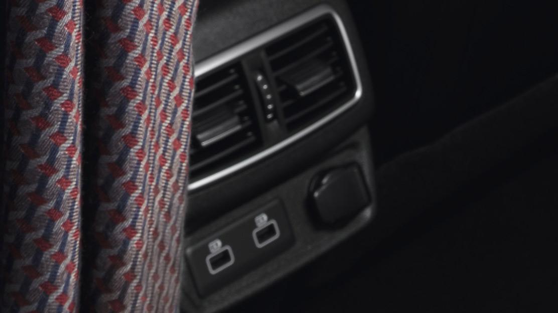 2 USB aansluitingen en 1 3.5mm jack-aansluiting voor 2e zitrij