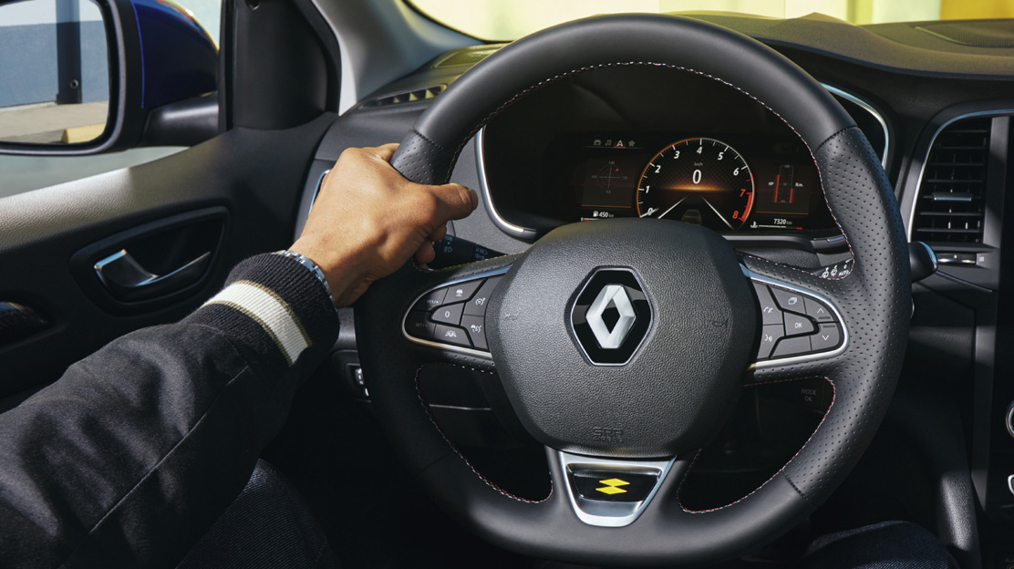 Volan specific RS line imbracat in piele, cu emblema Renault Sport