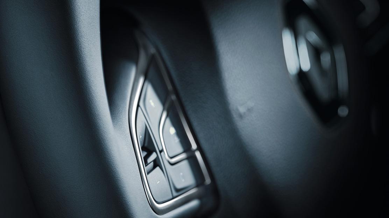 Stuurwiel met nappaleder bekleed en bediening cruise control en snelheidsbegrenzer