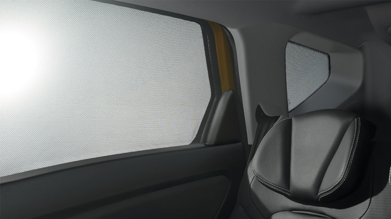 Slnečné záclonky na zadných oknách v druhom rade