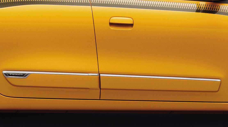 Flankenschutz in Wagenfarbe mit Seitenleisten aus Chrom