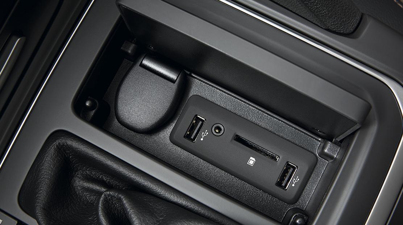 2 entradas USB (para carga) + entrada Jack nos lugares traseiros