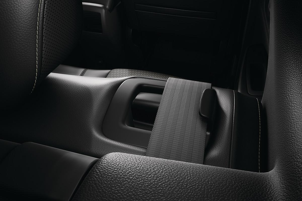 Передні та задні ремені безпеки з піротехнічними переднатягувачами